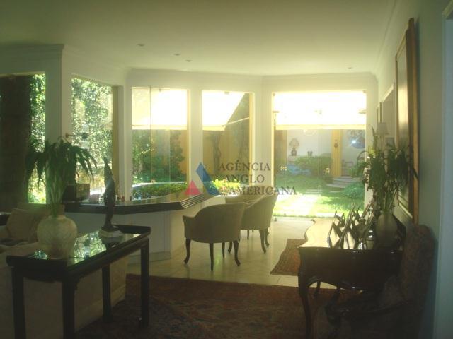 casa térrea, isolada dos dois lados, com 900 m2 de terreno, bonito jardim, piscina, ampla área...