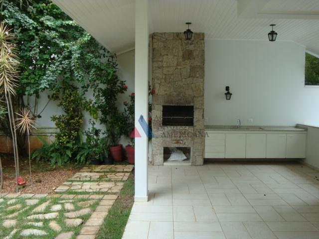 belíssima residência, em condomínio fechado de máxima segurança e próximo das principais escolas estrangeiras.living com pé...