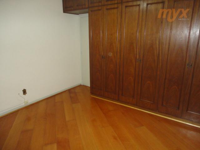 apartamento amplo com 2 dormitórios, ar condicionado e ventilador de teto, armários embutidos em 1 dos...