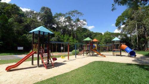 As crianças tem um local para brincarem só delas: o playground do Patrimônio do Carmo, São Roque, SP.