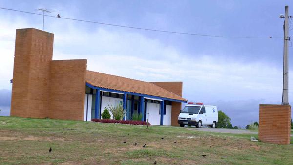 Ambulatório Médico mantido pela Associação de proprietários do Patrimônio do Carmo com ambulância, equipamentos de primeiros socorros e atendente.