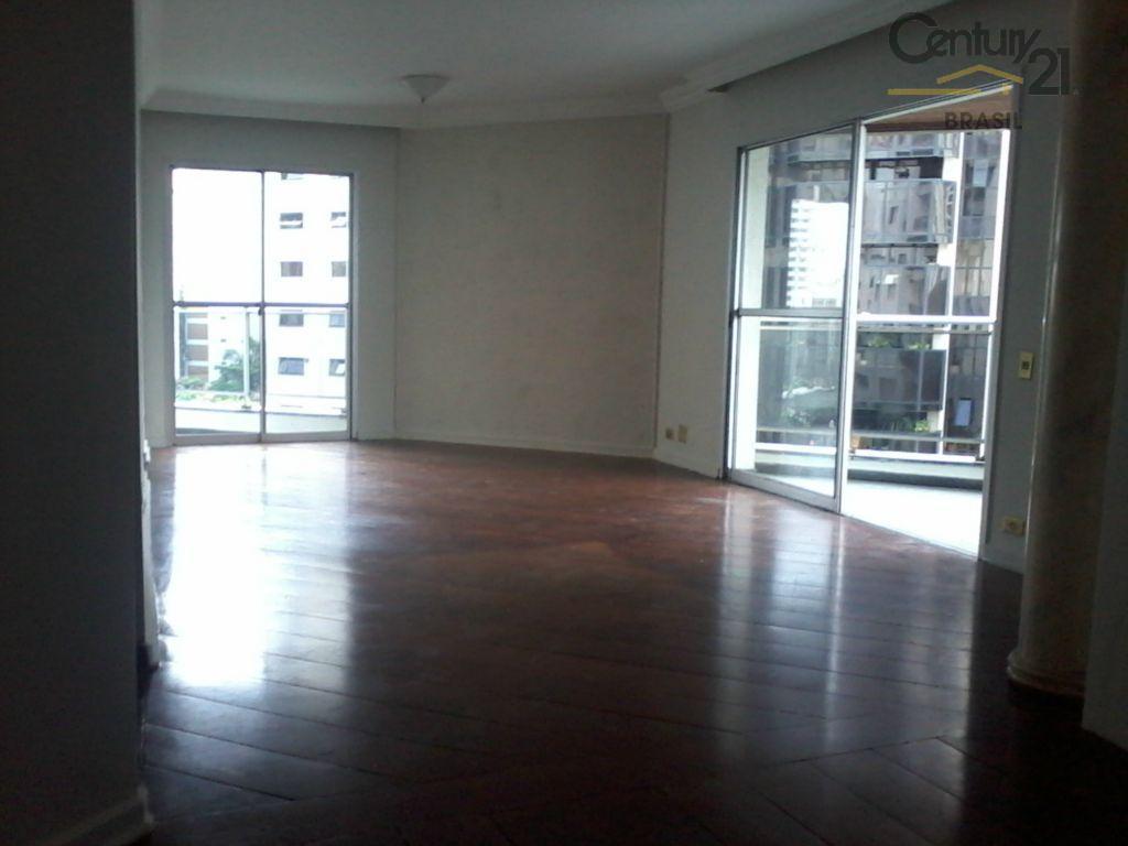 Ótima   localização em Moema,apartamento com 3 dormitorios,1 sute,2vagas.