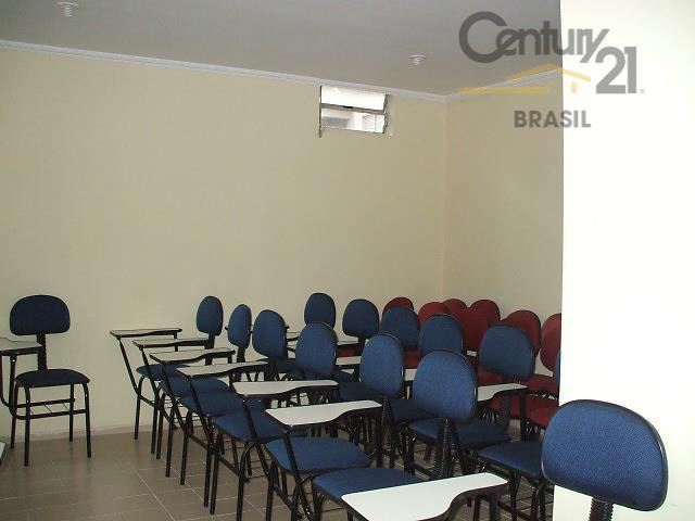 imóvel na parte da frente, com 07 salas, 03 banheiros, 01 cozinha, corredor lateral coberto, 02...
