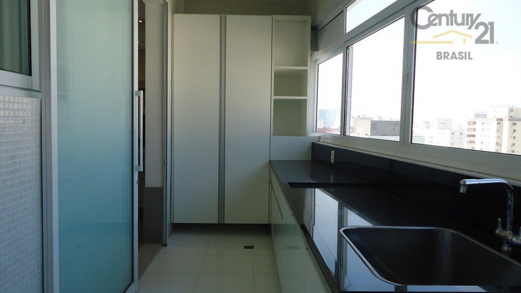 hall de entrada com porta decorativa. ampla sala de estar para três ambientes, ensolarada com piso...