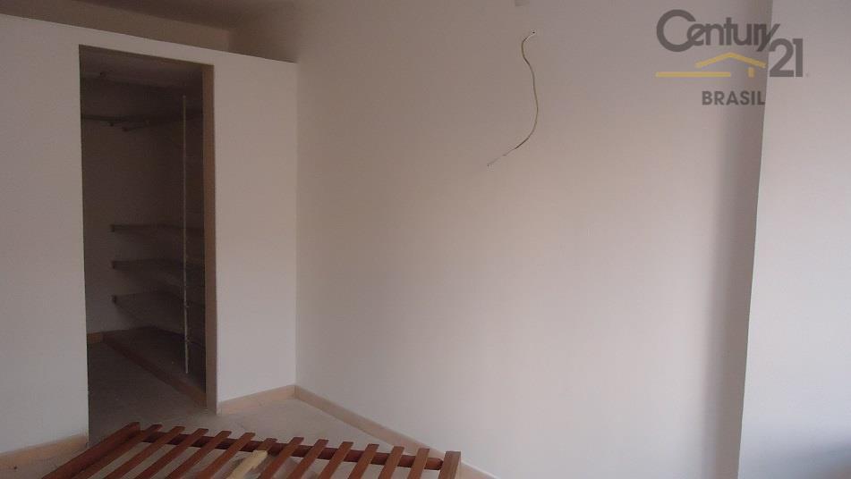 gracioso apartamento reformado , com ótima sala piso de cerâmica e vista livre. conta com lavabo...