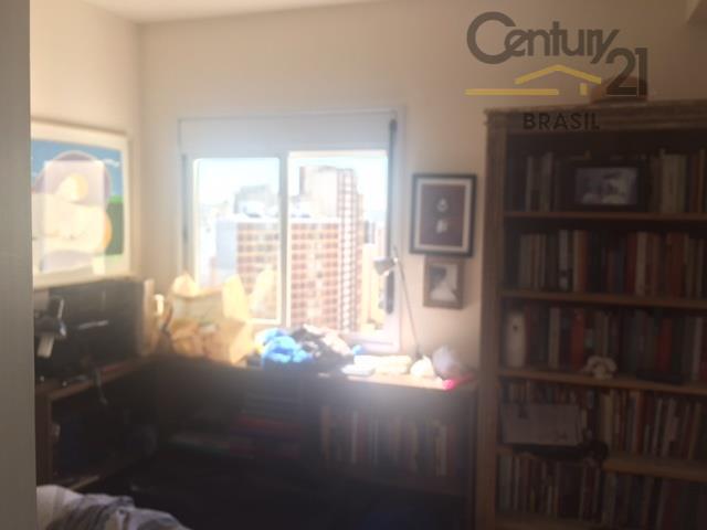 lindo apto, com vista, varanda, originalmente 4 quartos mas um foi aberto para sala e outro...