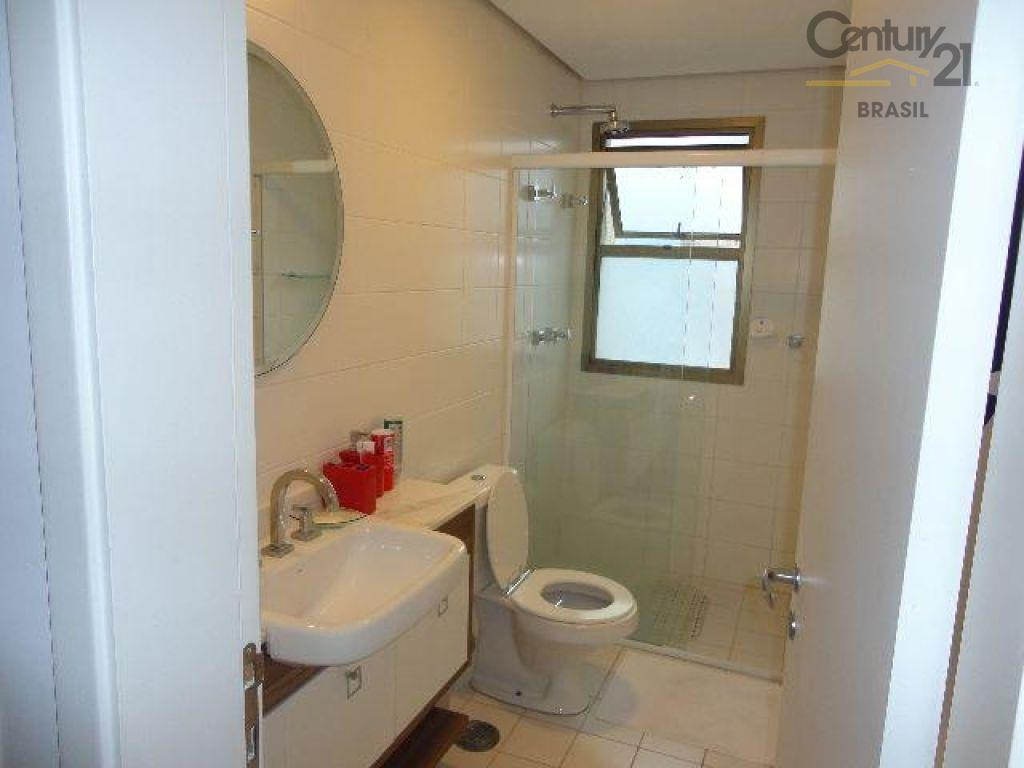 apartamento mobiliado, 147 metros quadrados, living amplo para três ambientes com piso de madeira, teto com...