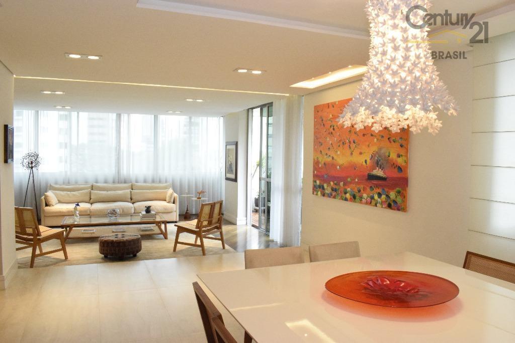 é incrível a beleza e decoração desse luxuoso apartamento. com um belo hall de entrada, ampla...