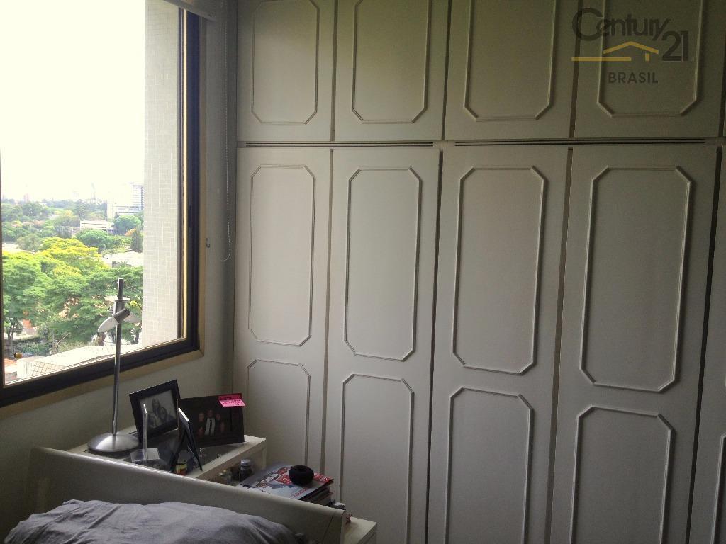 prédio muito bem construído e conservado, localizado numa das melhores ruas de moema. apartamento com elevador...