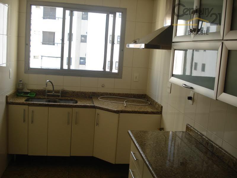 3 dormitórios, sendo 1 deles suíte com banheira e box/ gabinete na pia / closet armários...