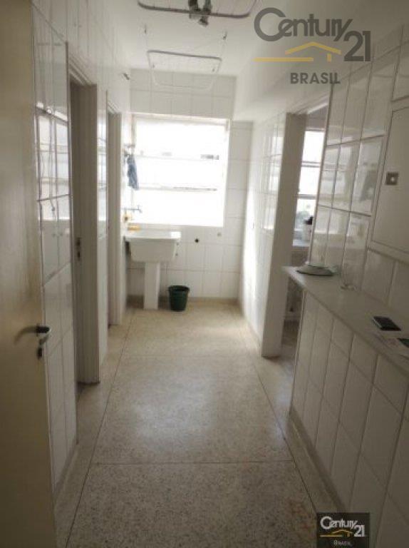 otimo apartamento com tacos de madeira, hidromassagem, com armários na cozinha e dormitórios