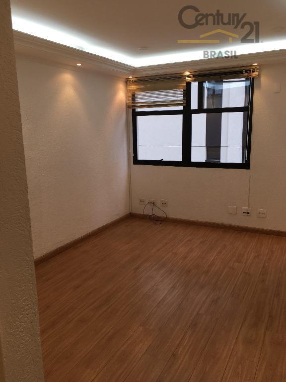 sala 20 m2, piso laminado. estantes e vários armários. banheiro. 1 vaga prédio com portaria 24...
