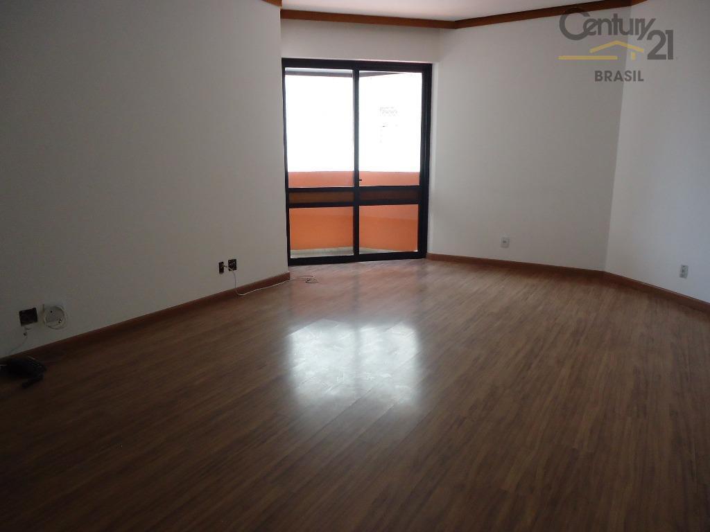 Sala ampla e ensolarada