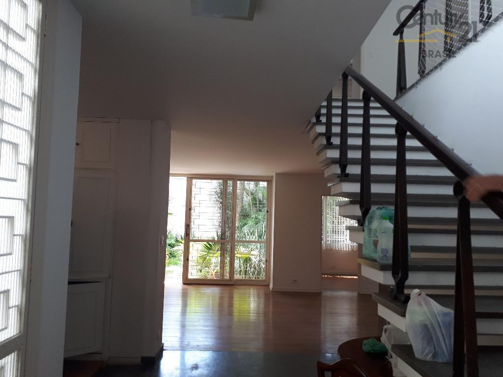 bela construção modernista dos anos 70, casa com linhas retas, excelente estrutura, piso em mármore italiano...