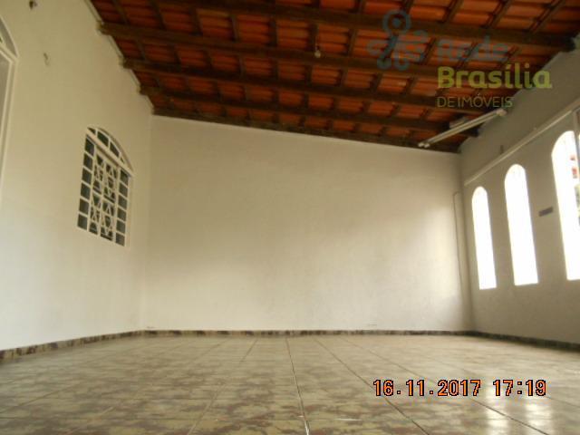 Casa de frente e fundos com 5 quartos total em Samambaia Sul na QR 112, próx. ao metro