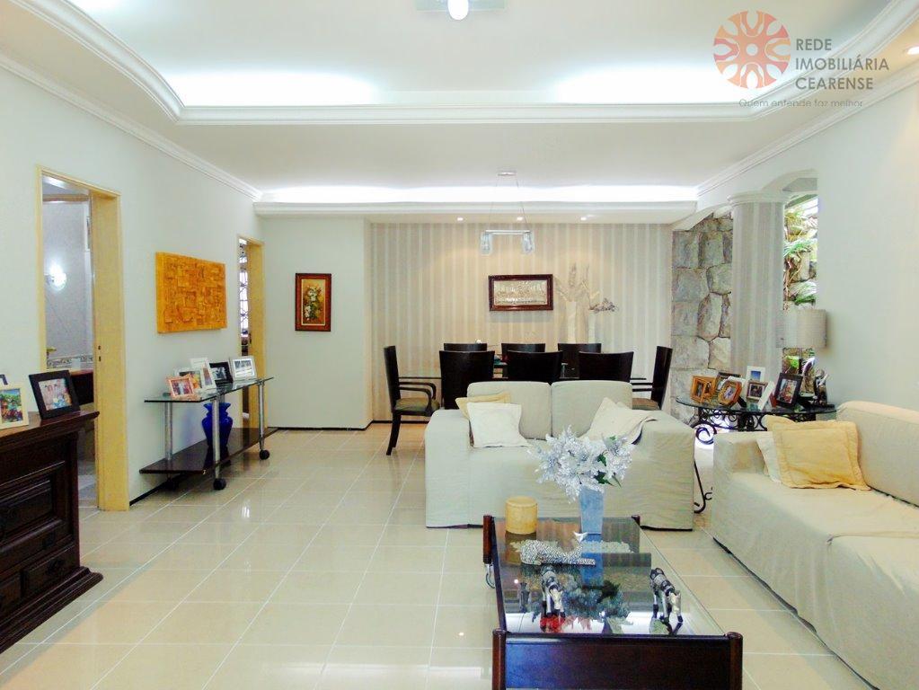Casa plana no Papicu, ampla, 420m², 5 quartos,2 suítes, 4 vagas, piscina, churrasqueira.