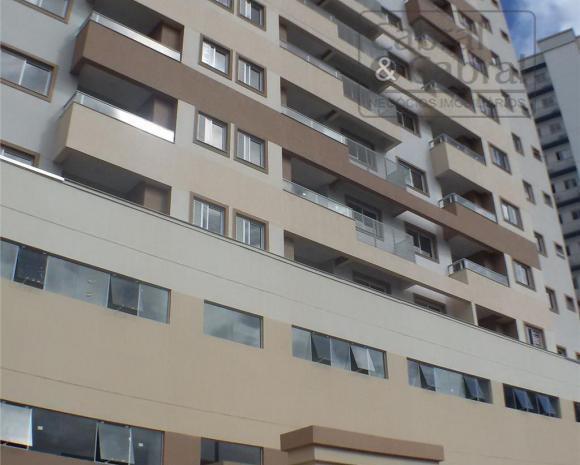 Aptos com 01 suíte, 02 dormitórios, no Centro de Itajaí.
