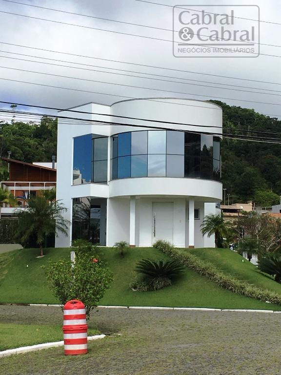 Casa em condomínio fechado com 04 suítes, na Praia Brava, em Itajaí (SC).