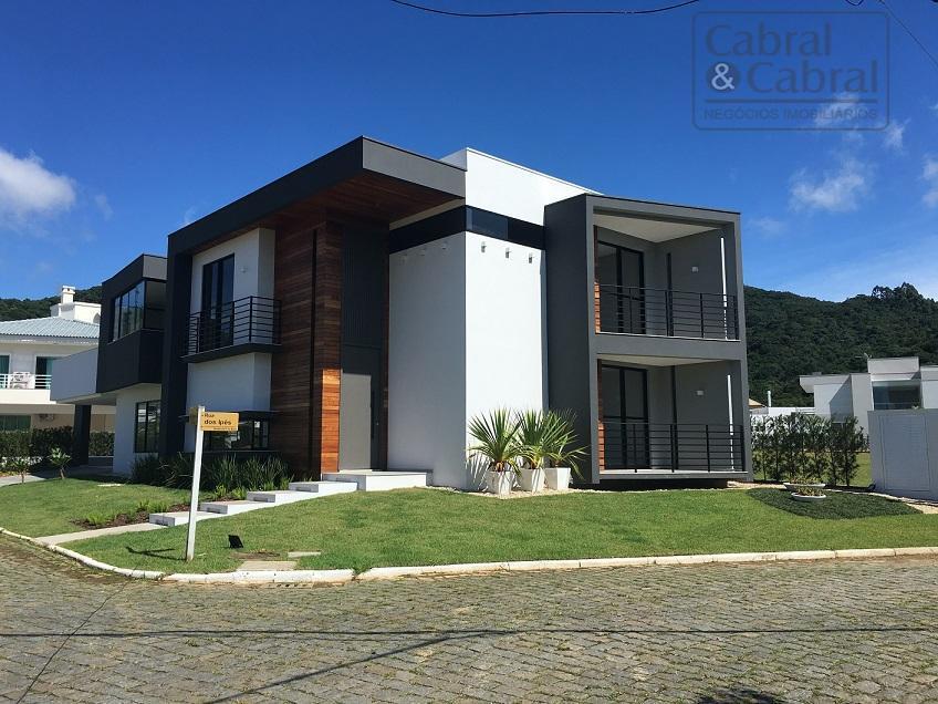 Casa em condomínio fechado com 04 suítes na Praia Brava, em Itajaí (SC).