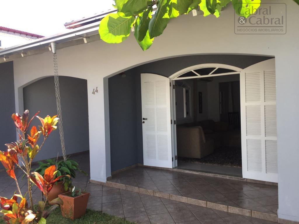 casa com 01 suíte, 01 dormitório, sala de estar, sala de jantar, cozinha, banheiro, área de...