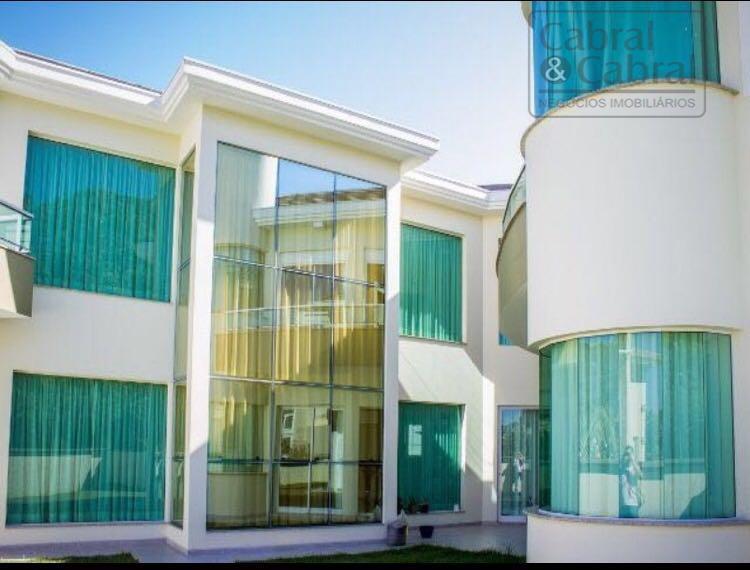 Casa em condomínio fechado na Praia Brava, com 04 suítes, 02 salas, banheiro social, e 04 vagas de garagem.