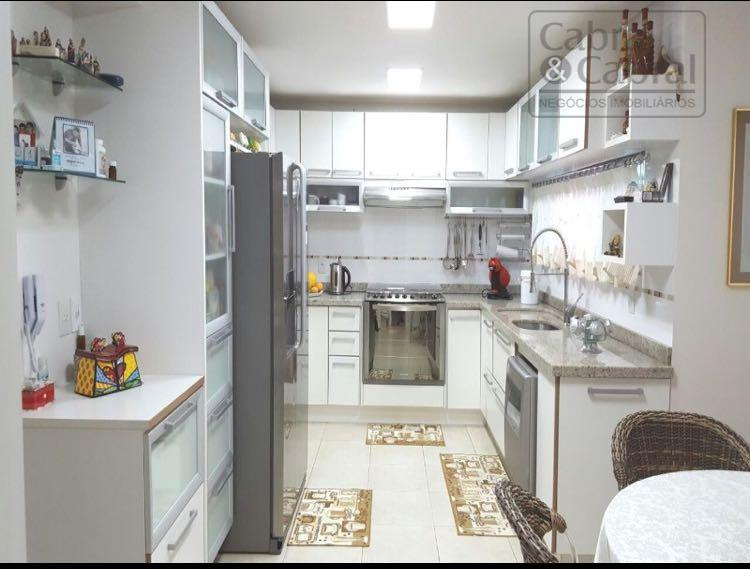 casa em condomínio fechado com 04 suítes, sala de leitura, lareira, amplo living com ambientes sociais...
