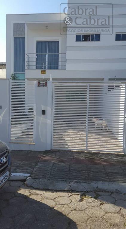 Sobrado geminado com 01 suíte, 02 dormitórios, próximo ao Clube Itamirim, em Itajaí (SC).