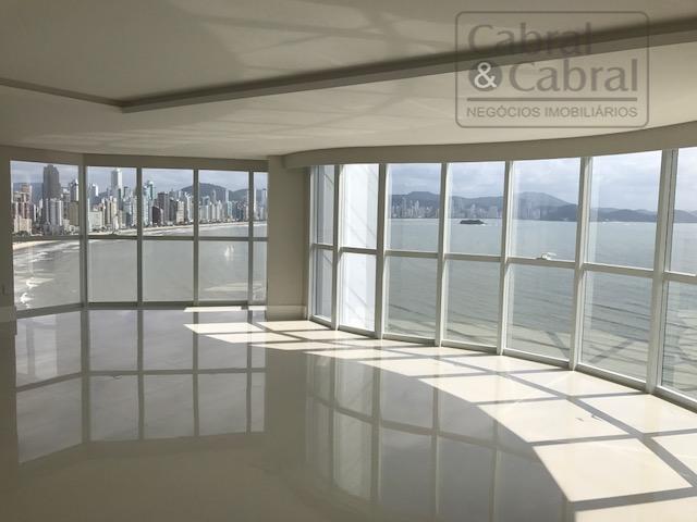 Apartamento frente mar na Barra Sul com 4 suítes e 4 vagas de garagem em Balneário Camboriú.