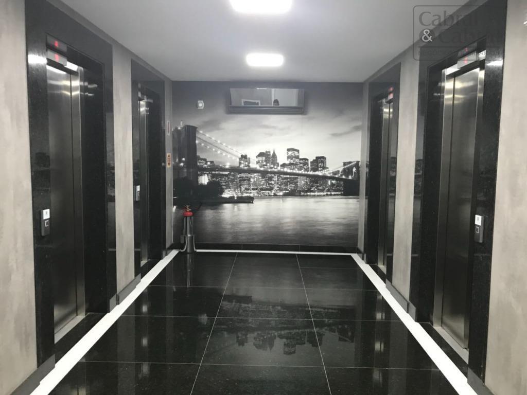 Sala Comercial com 170,00 m² aproximadamente, com 04 banheiros e 04 vagas de garagem privativa, no Centro de Itajaí (SC).