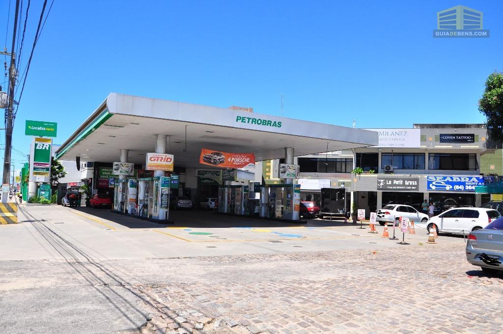 Posto BR na Roberto Freire com loja de conveniência e anexo com 16 lojas