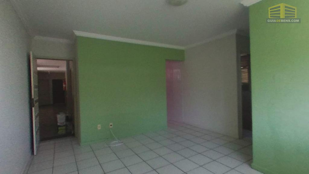 sala de frente a porta de saída