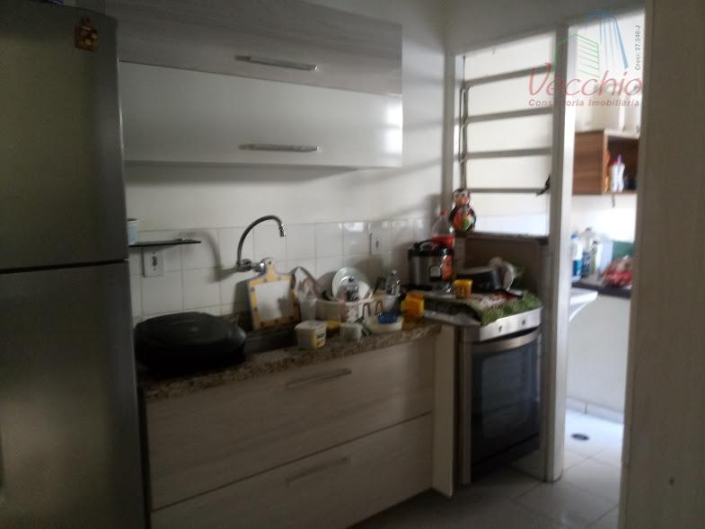 03 dormitórios, 01 banheiro, 01 lavabo, sala ampla, cozinha, área de serviço com churrasqueira, 02 vagas...