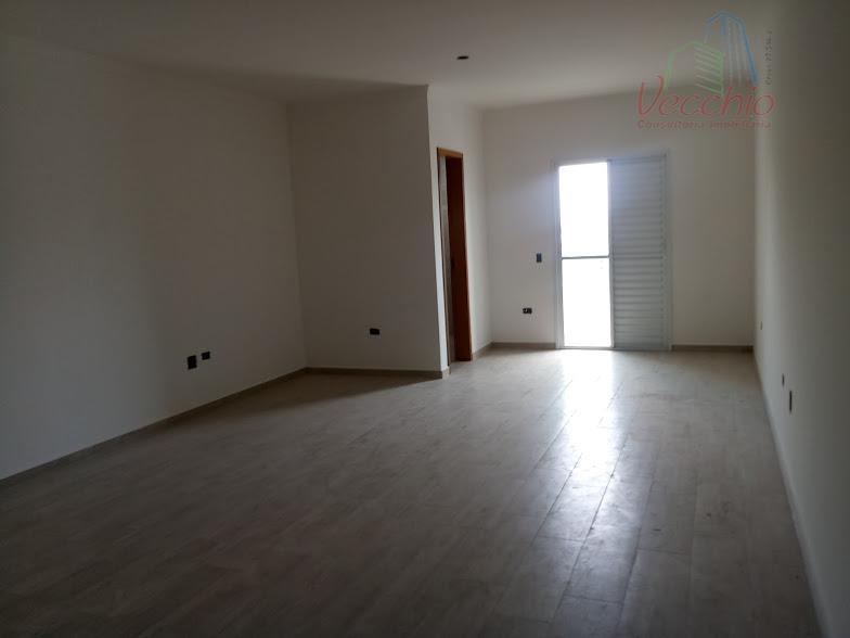 lindo sobrado novo com 03 dormitórios, 01 suite, 04 banheiros, jardim de inverno, churrasqueira, quintal, 04...
