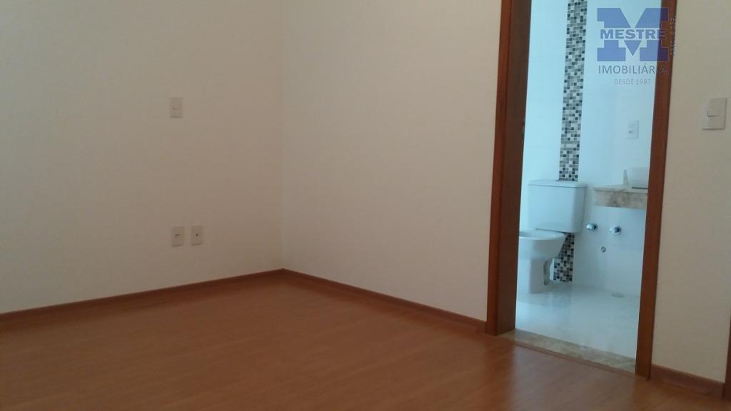 sobrado lindo em condomínio fechado!piso inferior = garagem coberta para 02 autos e descoberta para mais...