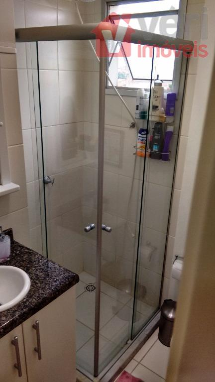 Banheiro com Box e Armário