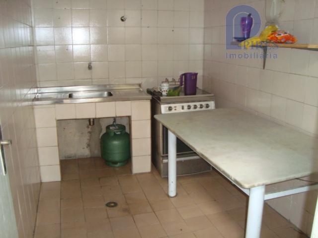 salão com escritório, 2 salas, 5 banheiros, vestiário com 3 chuveiros, cozinha, refeitório e 4 vagas...
