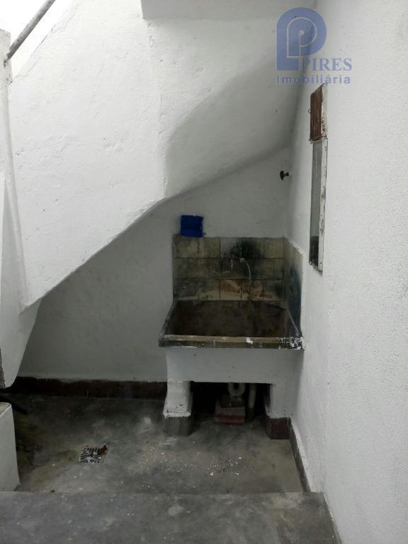 salão com 140m² e 2 banheiros.