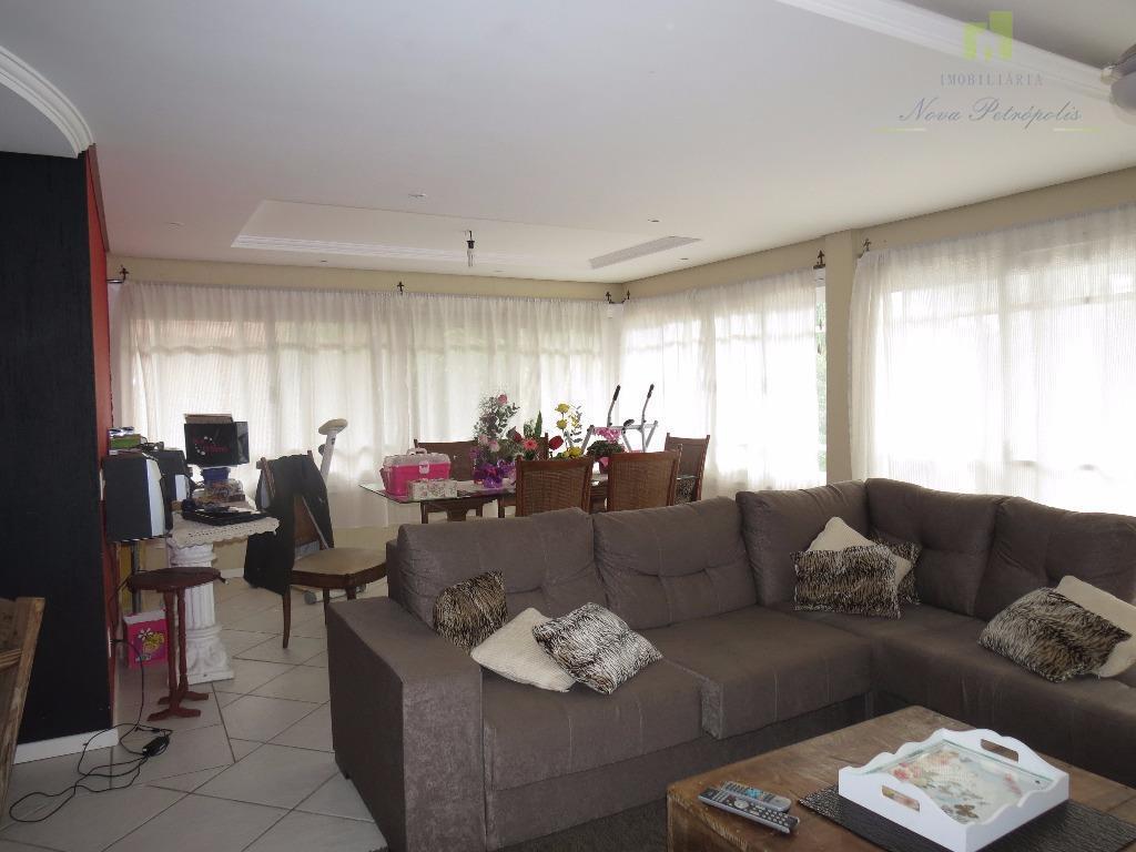 excelente casa no centro de nova petrópolis/rs características: - garagem para 2 carros com churrasqueira -...