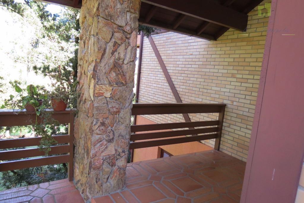 residência em alvenaria com detalhes em enxaimel, paredes externas duplas em tijolos brancos.dividida da seguinte forma:andar...