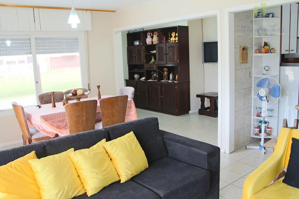 excelente residência em xangrilá!localizada no centro, a 3 quadras da praia, este belo imóvel está distribuído...