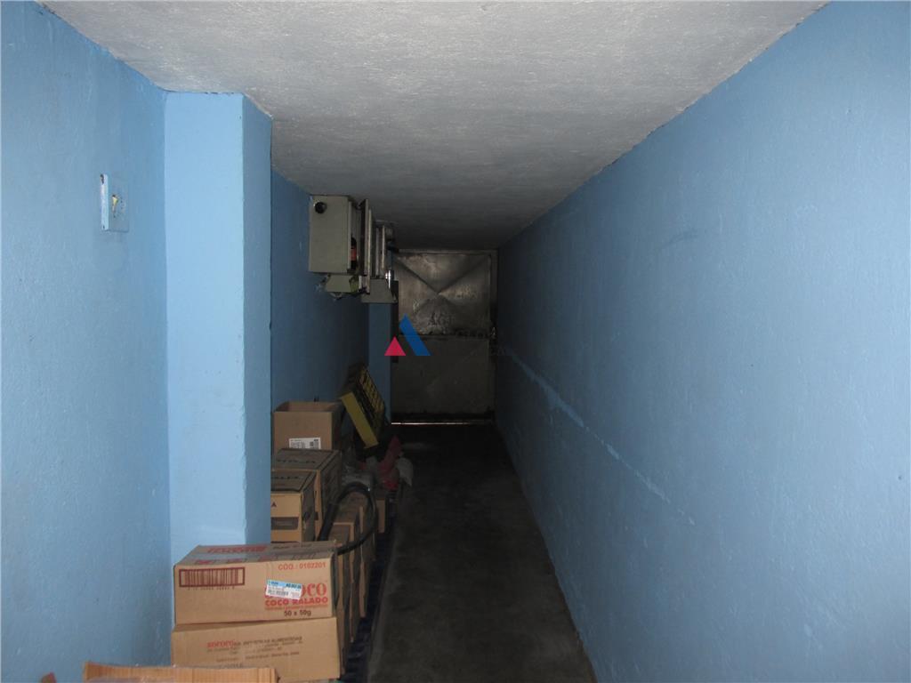450m2, estacionamento na lateral, área de descarga e estocagem nos fundos, banheiros, mezzanino para escritório e...