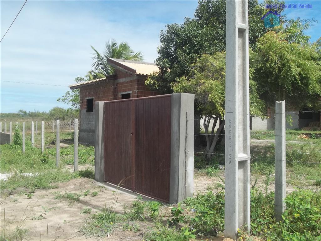 Terrenos á venda em Carapibus, com casa semi-acabada