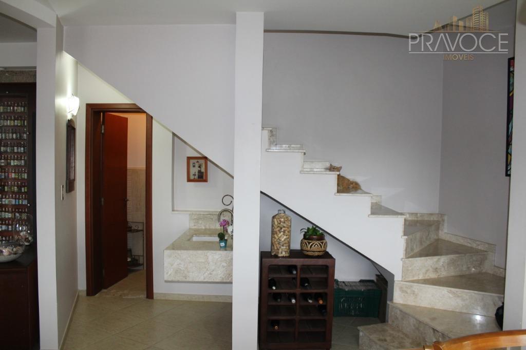 localizada no miolo do condomínio, esta maravilhosa casa, com 348,03m2 de área construída, toda de tijolos...