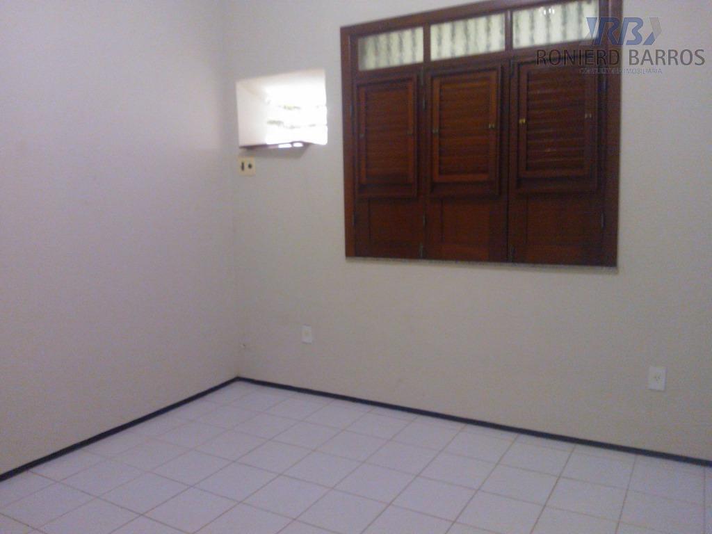 casa na av. sambaquis, bem localizada, ótima para atividades comerciais, com sala em 03 ambientes, 03...
