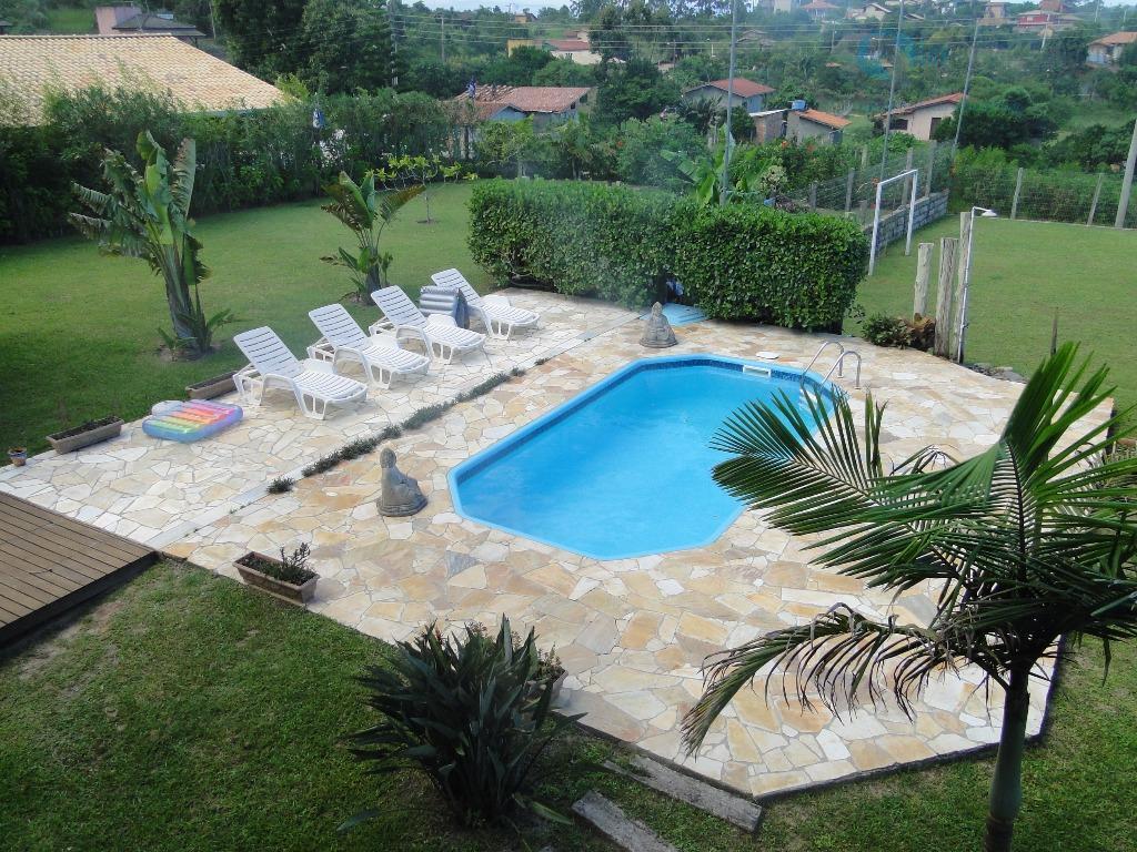 linda casa localizada próxima a praia do rosa em um local tranquilo com vizinhança nativa e...