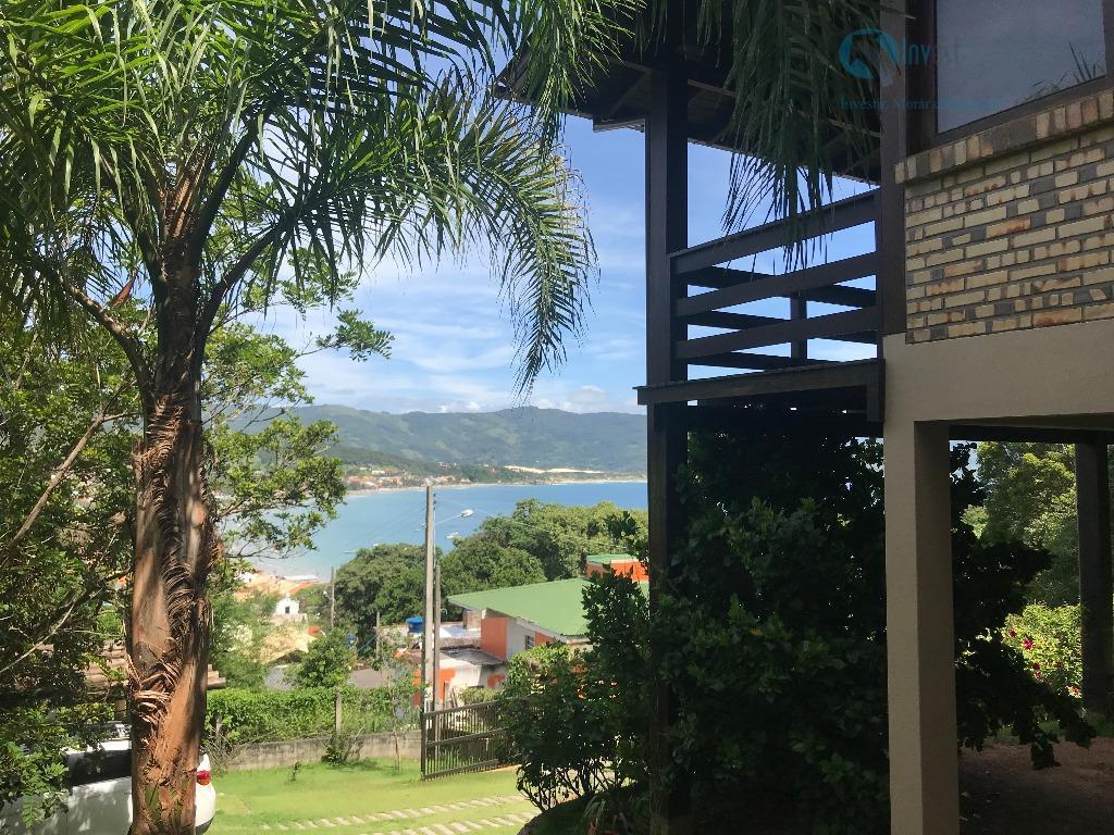 belíssima casa localizada a uma quadra da praia de garopaba! linda vista para a praia! casa...