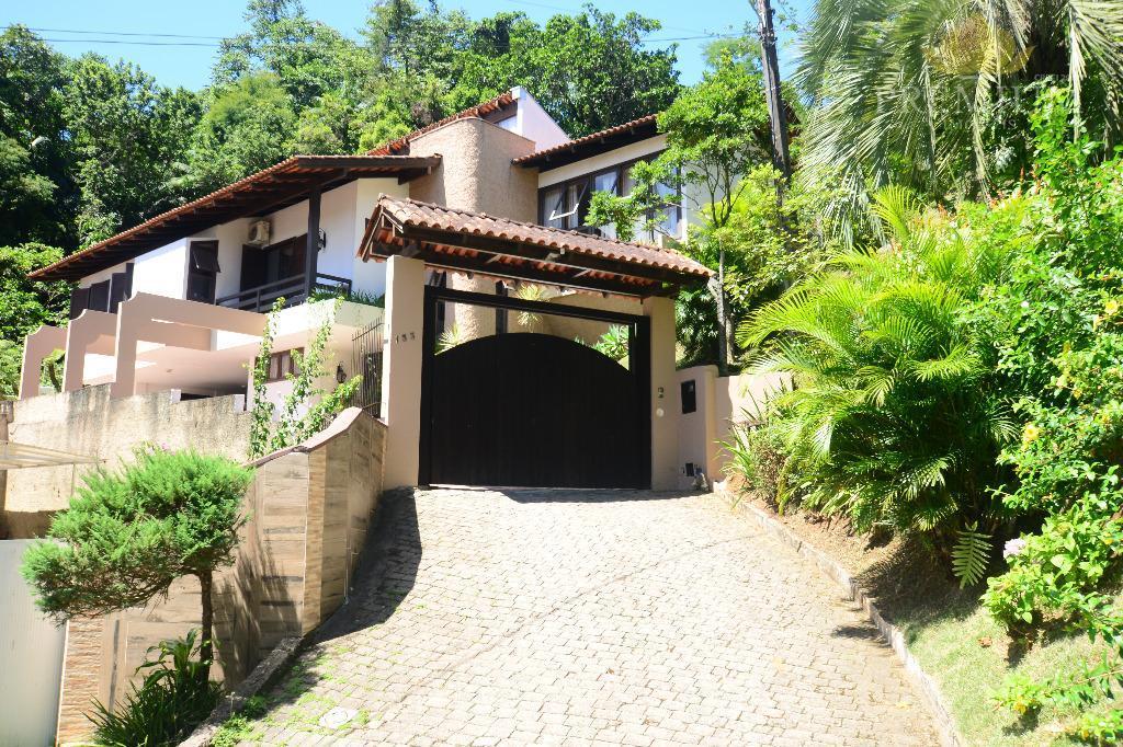 casa de excelente padrão, estilo clássica, com uma fantástica vista dos principais cômodos da casa, com...