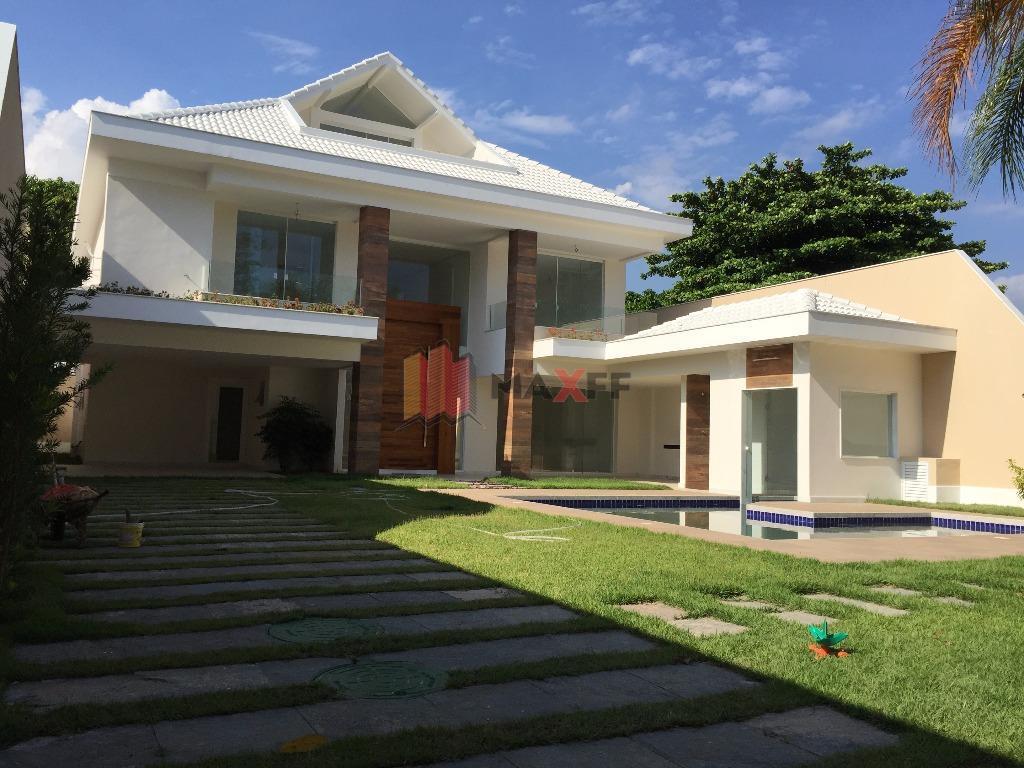 Suntuosa mansão tríplex em condomínio de altíssimo padrão na