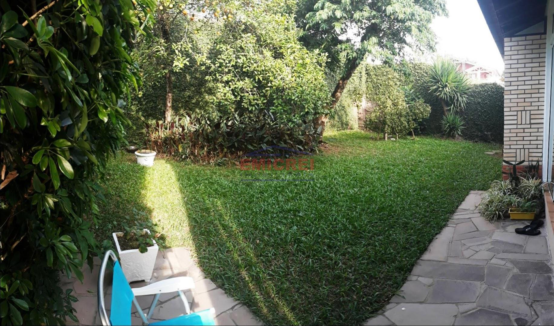 Pátio gramado com espaço para piscina