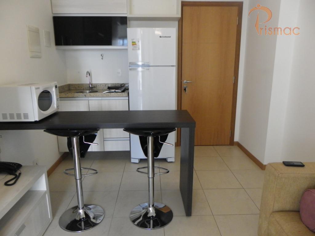 flat 02 ambientes 33 mts piso cerâmica varanda quarto sala cozinha americana com armários geladeira bancada...